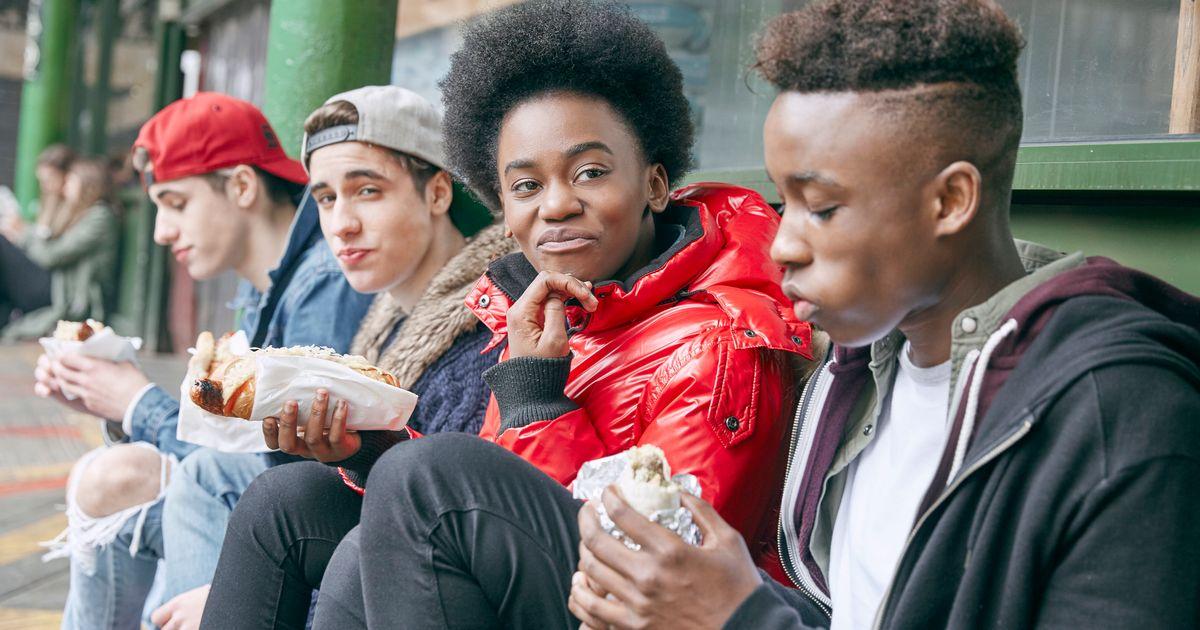 Adolescentes que comem muito fast food têm maior risco de depressão, revela estudo