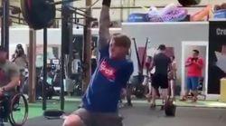 Este hombre se ha vuelto viral por levantar pesas con un