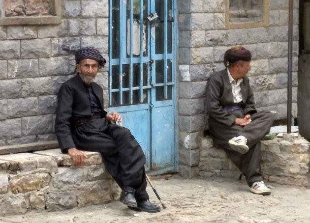 Dos hombres kurdos con traje tradicional, en el Kurdistán