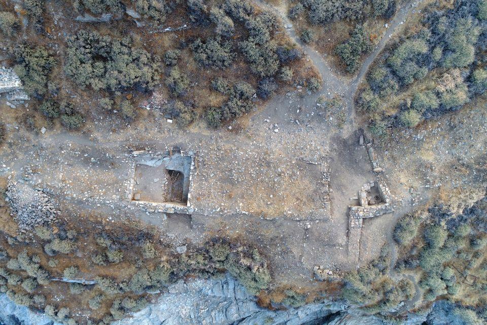 Αεροφωτογραφία τμήματος του Κτηρίου 2 (αριστερά ο Χώρος ΙΒ, δεξιά ο Χώρος Η και η πύλη) (φωτ. Κώστα Ξενικάκη)....