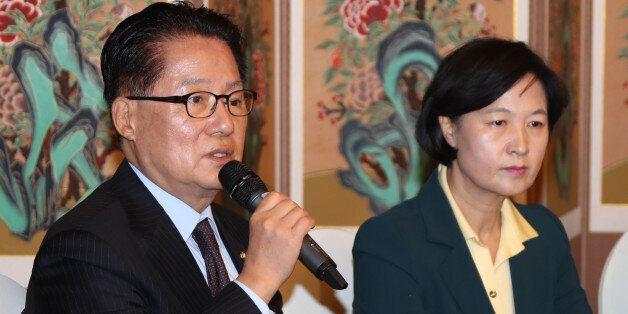 국민의당 박지원 비상대책위원장(왼쪽)이 9일 국회 사랑재에서 열린 야3당 대표 회담에서 입장을 밝히고 있다. 오른쪽은 더불어민주당 추미애