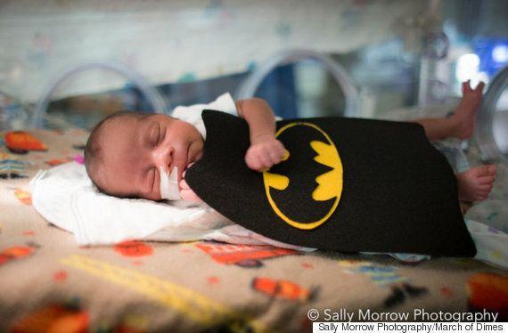 신생아 집중 치료실의 아기들이 할로윈을 맞아 슈퍼히어로로