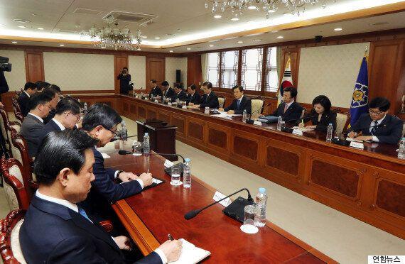 '최순실 국정농단 사태'를 맞아 정부가 매일 황교안 총리 주재로 장관회의를 열기로