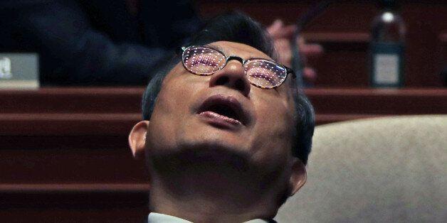 새누리당 이정현 대표가 4일 오후 국회에서 비선 실세 의혹 관련 사죄 인사를 마친 뒤 의원총회장에 입장해 답답한 표정으로 고개를 젖히고