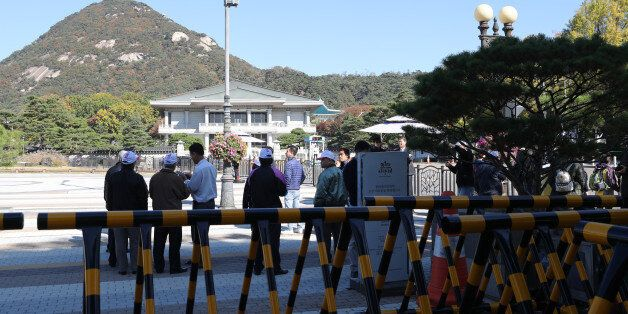30일 오전 청와대 분수대 앞에서 중국인 관광객들이 관광하고