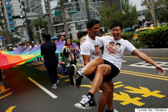 대만인 수만 명이 프라이드 퍼레이드를 위해 무지개 깃발을