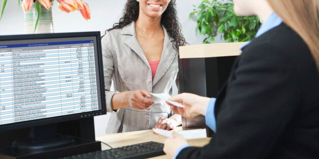 아무런 제재도 받지 않은 최순실은 귀국하자마자 은행을