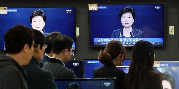 4일 오전 서울 용산 전자랜드에서 시민들이 박근혜 대통령의 대국민 담화 TV 생중계를 시청하고