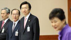 박근혜가 청와대 참모진을 대폭 교체할 전망이다. 그러나 '거국중립내각'은 허용치 않을