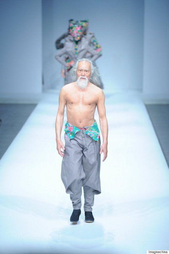 80세 모델이 런웨이 스웨거로 편견을