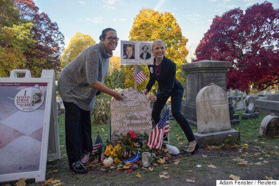 미국 유권자들이 선거일에 여성 참정권 운동의 대모에게 감사를