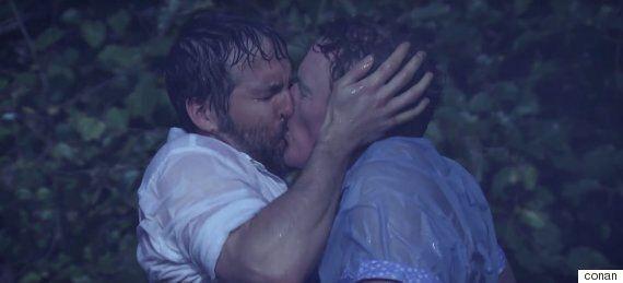 코난 오브라이언과 라이언 레이놀즈의 키스는 오리지널 '노트북'을