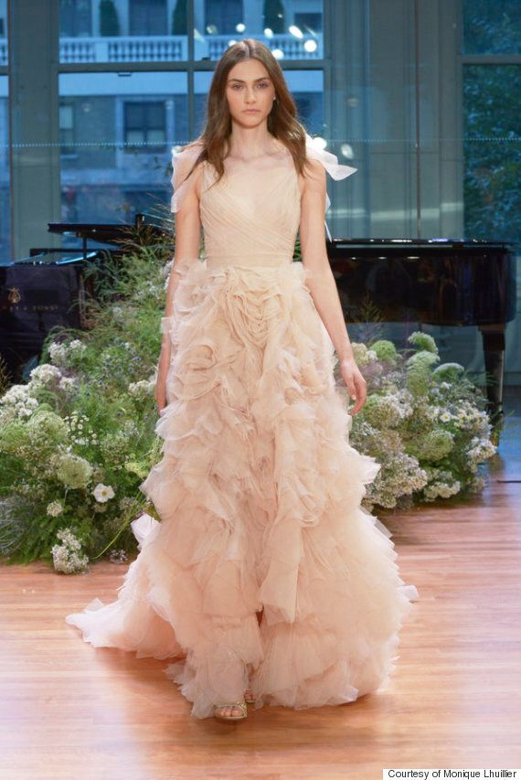 흰 웨딩드레스가 지겨운 당신을 위해 추천하는 독특한 웨딩드레스