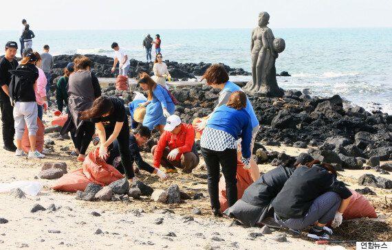 이재훈이 '해변 쓰레기를 줍자'고 말하자 사람들이