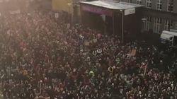 아이슬란드 여성 수천 명이 '남성보다 14% 덜 받는 것'에 항의하며 '조기 퇴근' 시위에 나섰다. 한국 여성은 '37%' 덜