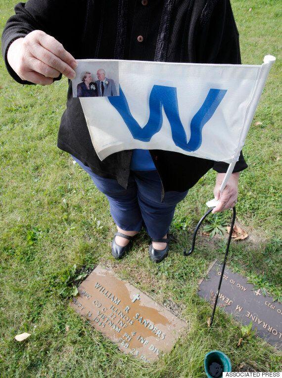 시카고 공원묘지와 납골당에 시카고 컵스의 팬들이 모여들고