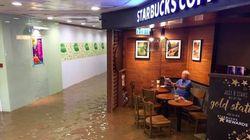 홍수 속에서도 한 잔의 커피를 즐기는 노인의 여유가 패러디를