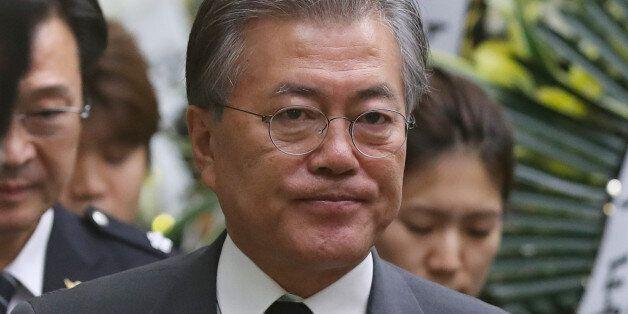 문재인 더불어민주당 전 대표가 21일 오후 서울 송파구 경찰병원 장례식장에 마련된 고 김창호 경감의 빈소를 찾아 조문한 뒤 자리를 나서고