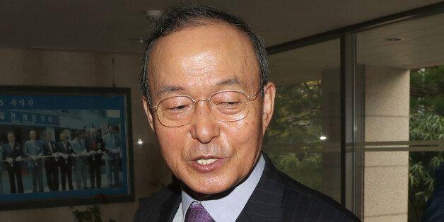 송민순 전 외교통상부 장관이 17일 오전 서울 종로구 삼청동 북한대학원 대학교로 출근하던 중 기자들의 질문을 받고 답변하고