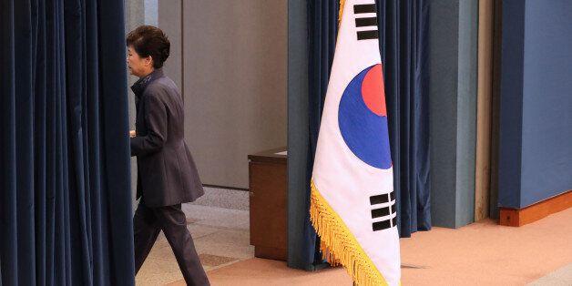 박근혜 대통령이 25일 청와대 춘추관 대브리핑실에서 '최순실 의혹'에 관해 대국민 사과를 하기 위해 마이크를 잡고