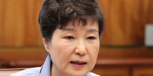 온 신문들이 박근혜 대통령을 향해 '최순실과 대체 무슨 관계냐'고 묻고