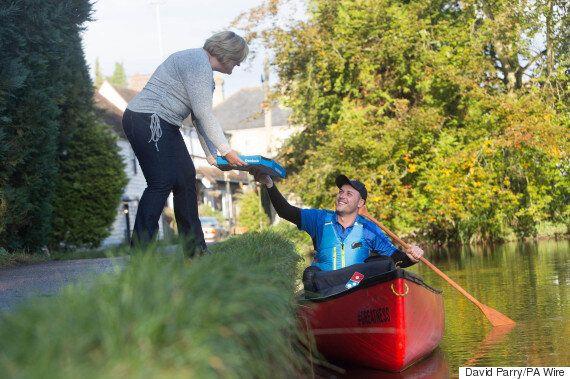 도미노피자 배달원이 카누를 타고 피자를 배달하는 동네가