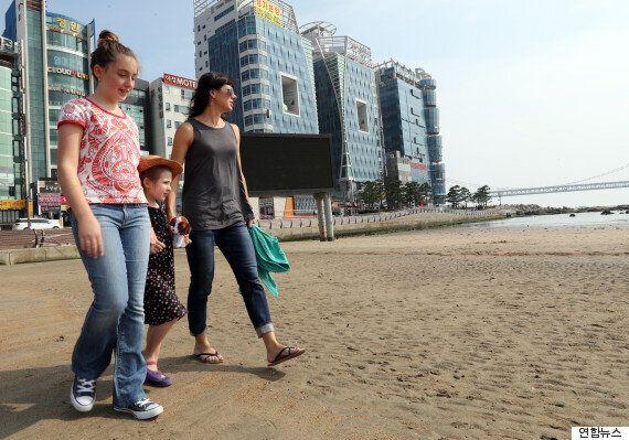 태풍으로 엉망이 됐던 광안리 해변을 청소한 외국인 모녀를