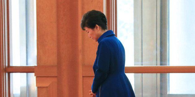 박근혜 대통령이 12일 오전 청와대에서 루이스 기예르모 솔리스 코스타리카 대통령 내외를 기다리며 잠시 생각에 잠겨