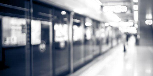 지하철 김포공항역서 하차하던 승객이 스크린도어에 끼여