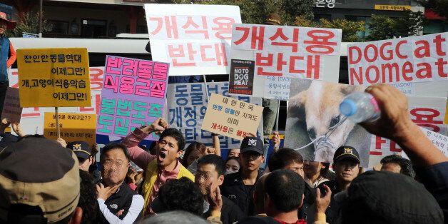 15일 오후 경기도 성남시 중원구 모란시장 앞에서 동물보호단체 '다솜' 회원 20여명이 '개 식용 반대' 등이 적힌 손팻말을 들고 집회를 하고 있다. 이에 바로 앞에서는 식용견