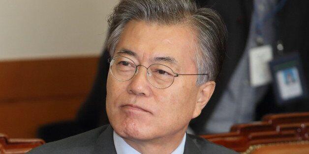 문재인 더불어민주당 전 대표가 20일 오전 서울 성북구 한국과학기술연구원(KIST)를 방문해 가진 과학기술 현장 간담회에서 발표 자료를 살펴보고