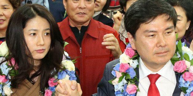 새누리당 서울 중구성동을 지상욱 당선인이 4월 14일 새벽 서울 중구 신당동 선거사무소에서 당선이 확정된 뒤 축하를 받을 때 부인인 배우 심은하 씨가 어색한 표정을 짓고