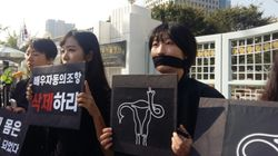 20대 페미니스트들은 검은 옷을 입고