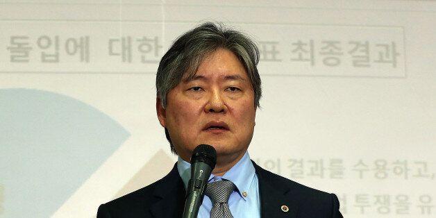 대한의사협회 노환규 회장이 2014년 3월 20일 오후 서울 용산구 이촌로 의협회관 회의실에서 의·정 협의안 채택 여부 투표 결과를 공개한 뒤 입장 발표를 하고