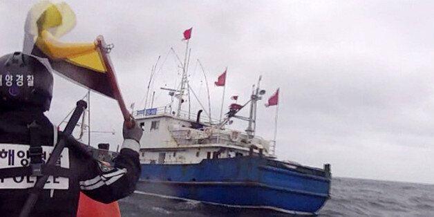 서해 상에서 불법조업하던 중국어선이 단속 중인 해경 고속단정을 침몰시키고