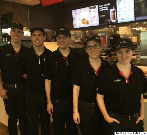 이 다섯 쌍둥이는 모두 같은 맥도날드 지점에서 일하고