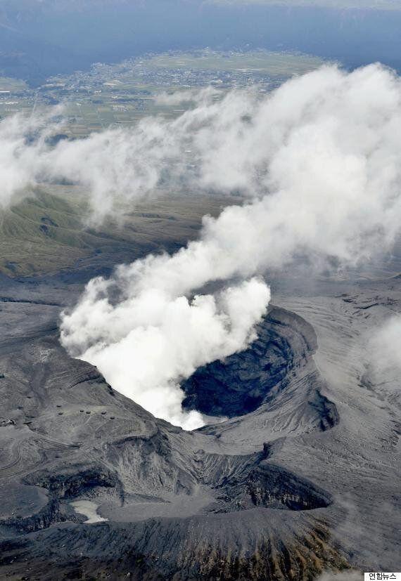 일본 아소산에서 36년 만에 '폭발적 분화'가 발생하다(사진