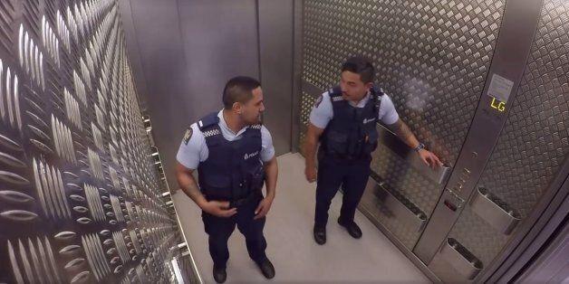 뉴질랜드의 경찰들은 엘리베이터에서 이렇게