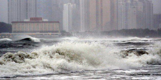 5일 북상하는 제18호 태풍 '차바'(CHABA)의 영향으로 부산 해운대해수욕장에서 거대한 파도가 몰아치고 있다. 태풍경보가 내려진 부산에는 강풍을 동반한 장대비가 내리고
