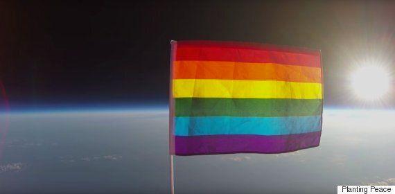 대기권 밖 최초의 프라이드 깃발을 보여주는 놀라운