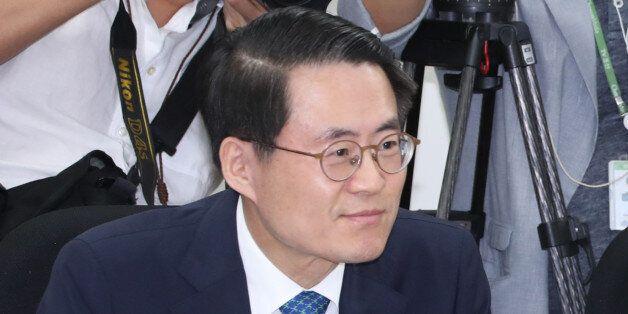 유일호 부총리 겸 기획재정부 장관(오른쪽)과 김재수 농림축산식품부 장관이 5일 오전 국회에서 열린 쌀값 안정대책 당정협의에 참석, 얘기를 나누며 웃음 짓고