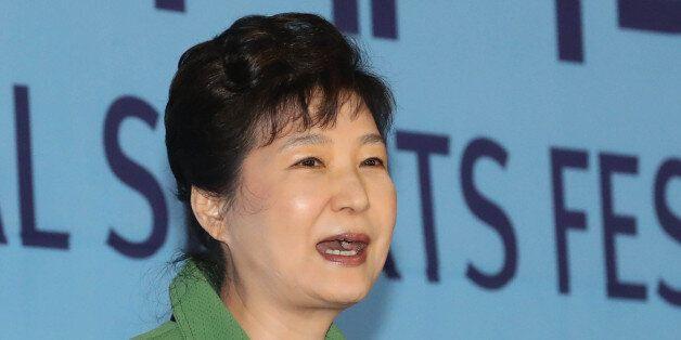 박근혜 대통령이 7일 충남 아산시 이순신종합운동장에서 열린 제97회 전국체육대회 개회식에서 축사하고