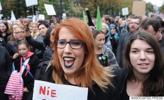 폴란드 여성 수만 명이 일제히 검은 옷을 입고 '파업'에 돌입한
