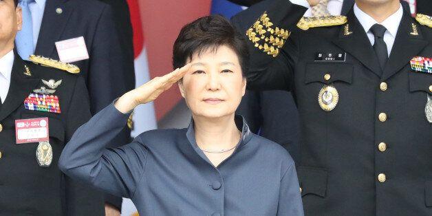 박근혜 대통령이 1일 계룡대에서 열린 제 68주년 국군의 날 행사에서 거수경례하고