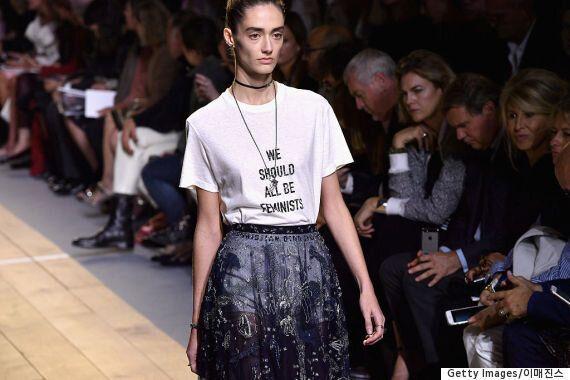 디올 역사상 최초의 여성 크리에이티브 디렉터가 페미니스트 티셔츠를