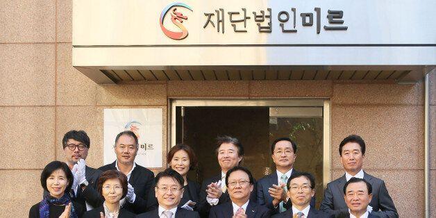 재단법인 미르 김형수 이사장을 비롯한 관계자들이 2015년 10월 27일 서울 강남구 학동로에 위치한 '재단법인 미르 출범식'에서 현판 제막식 후 기념촬영을 하고