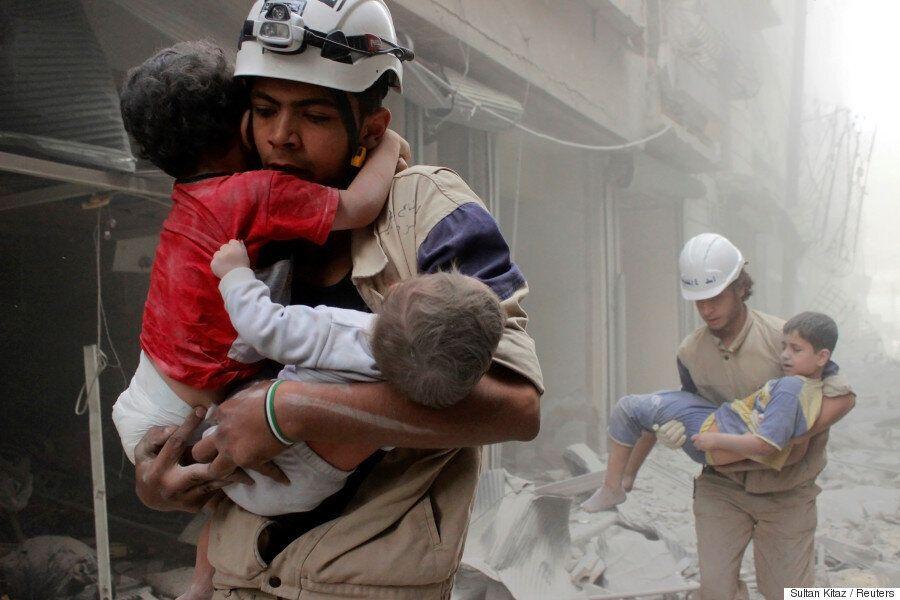 시리아 알레포에서 가공할 살상무기가 모든 것을 파괴하고 있다. 주민들은 피할 곳이