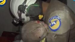 폭격의 잔해에서 생후 30일 아기를 구조해낸 남자가 펑펑