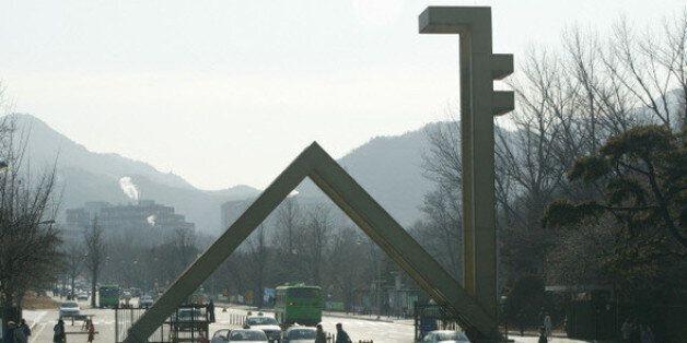서울대 학생 1천여명이 '시흥캠퍼스 철회'를 주장하며 본관을