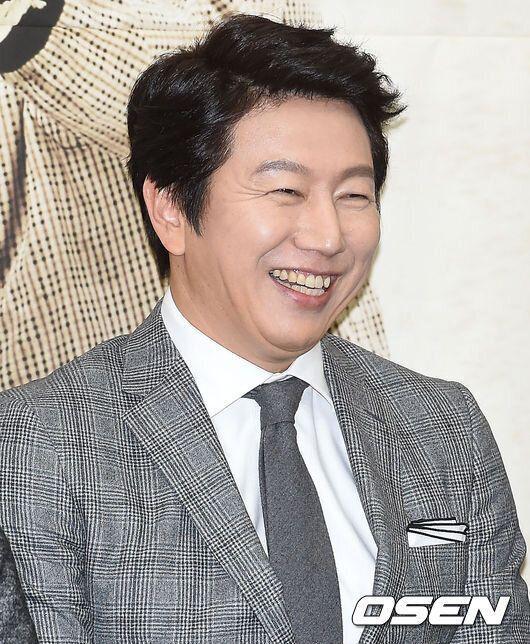 배우 김수로는 요즘 특별한 팔찌 하나를 매일 차고